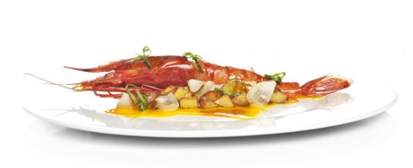 Al Trapo, carabinero asado con tallarines de sepia, patatas fritas, yema de huevo y emulsión de pimentón